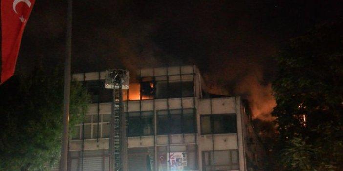 Fatih'te 4 katlı binanın 4'üncü katında çıkan yangın mahalleliyi korkuttu