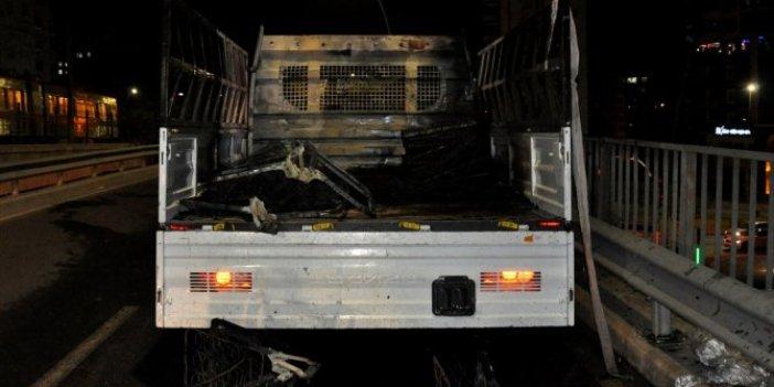 Adana'da koltuk yüklü kamyonet bir anda alev aldı