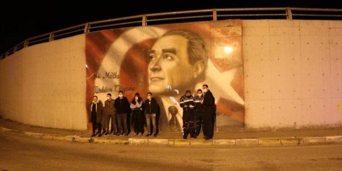 Türkeş Erbakan'ın resmini sildiler sıra Atatürk'e gelince Valilik devreye girdi. Büyük rezillik