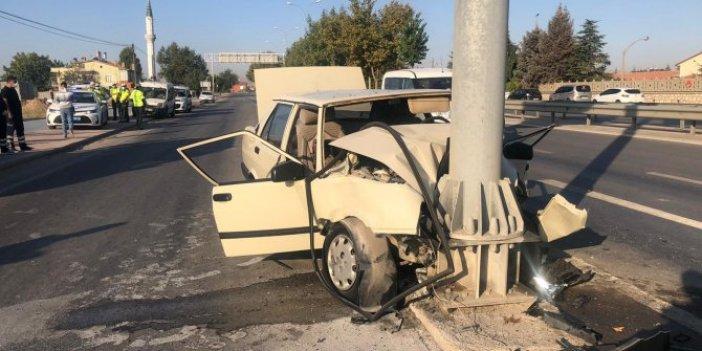 Konya'da korkunç kaza. Otomobil yön levhasına ok gibi saplandı