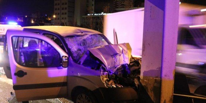 Yön levhasına çarpan araçta 4 kişi yaralandı