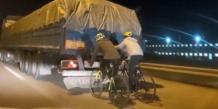 Bursa'da bisikletli gençlerin TIR dorsesinde tehlikeli yolculuğu. Süratleri baş döndürdü