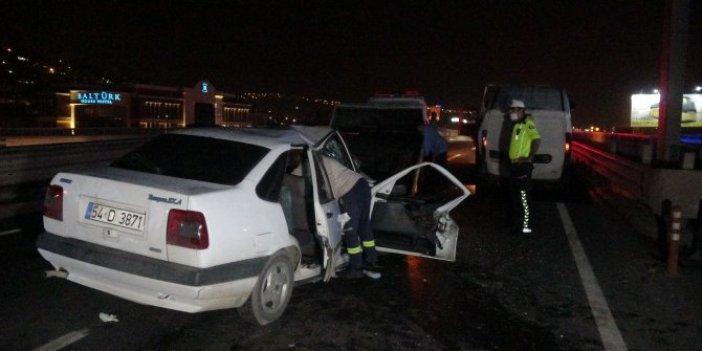 Kocaeli'nde şerit değiştiren iki otomobil savrularak bariyerlere çarptı