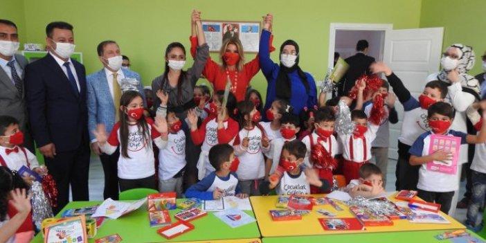 Okul hedefini açıkladı alkış yağmuruna tutuldu. Gülben Ergen kırmızı maskesiyle dikkat çekti