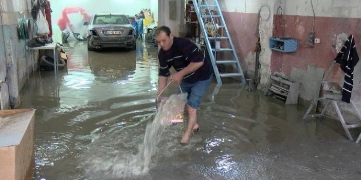 Büyükçekmece sanayi sitesini su bastı. Zor anlar yaşayan işyeri sahipleri kovalarla su tahliyesi yaptı