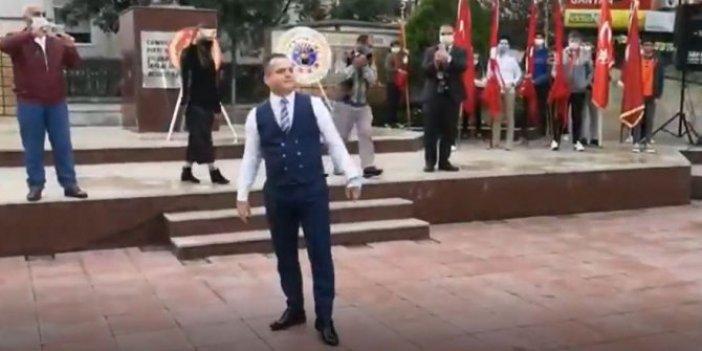 Soma Kaymakamı Fatih Akkaya Cumhuriyet Bayramı'nda harmandalı oynadı. Büyük beğeni topladı. İşte o görüntüler