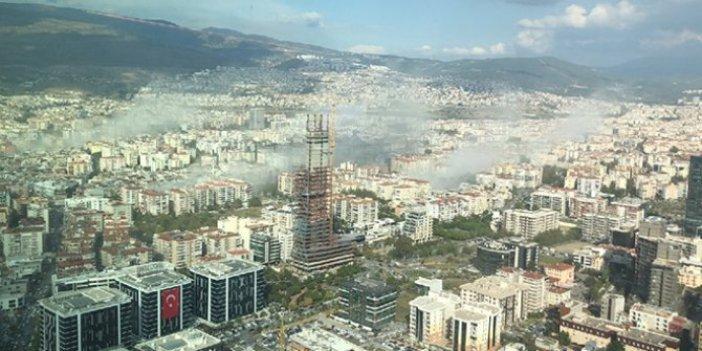 Depremin hemen sonrasında İzmir'den ürküten manzara. Çöken binalardan toz bulutları yükseldi