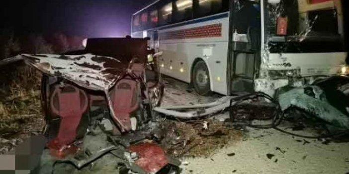 Bursa'daki feci kazada otomobil ikiye bölündü. İçindekiler yola fırladı