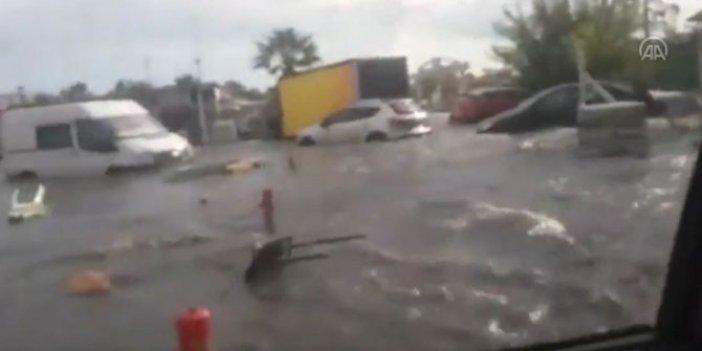 İzmir Seferihisar'daki deprem sonrası arabasıyla tsunaminin ortasında kaldı. Yüzen arabada bağıra çağıra yardım isteyen vatandaşın çaresiz anları