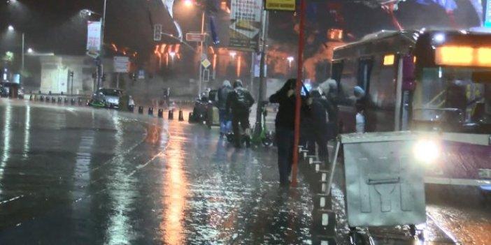 Kimi çantasını başına koydu kimi ceketiyle başını örttü. İstanbul'da sabah saatlerinde sağanak etkili oldu