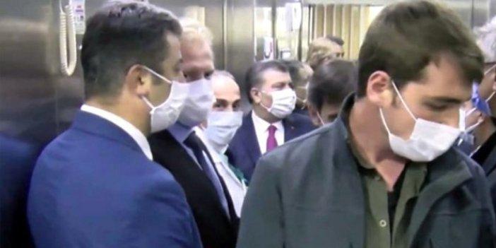 """Sık sık vatandaşları uyaran Fahrettin Koca sosyal mesafeyi unuttu. Görevliye """"Bana yaklaşma"""" demişti. 10 kişiyle asansöre bindi"""