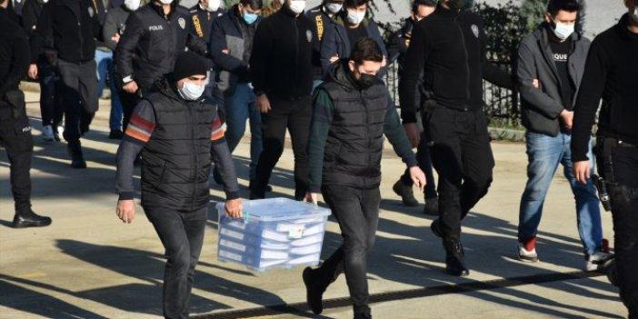 Oltalama yöntemiyle dolandıran çete adliyede. 2 polis dosyaları güçlükle taşıdı