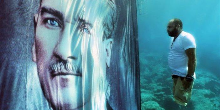Atatürk'e su altında saygı duruşu