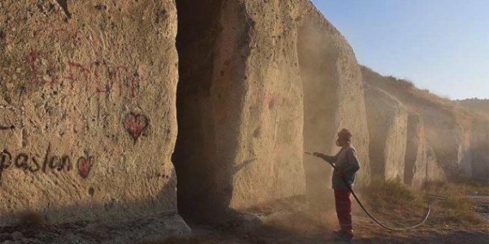 Frigya'da tarihi eserlerin üzerine yazılan yazılar siliniyor