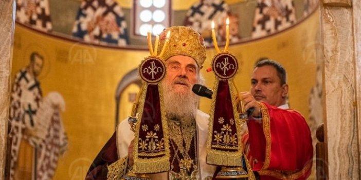 Sırp Ortodoks Kilisesi Patriği İrinej de gitti. 17 gün önce koronadan ölen ve herkesin öptüğü piskopos Radoviç'in cenaze törenini yönetmişti