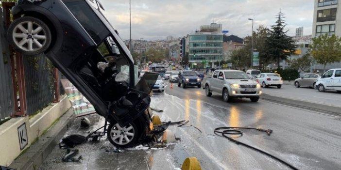 İstanbul Kadıköy'de korkutan kaza: Araç demir parmaklıklarda asılı kaldı