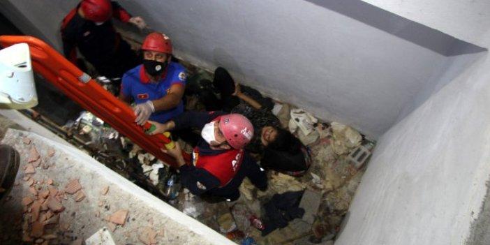 Çukura düşen kadını itfaiye ekipleri kurtardı