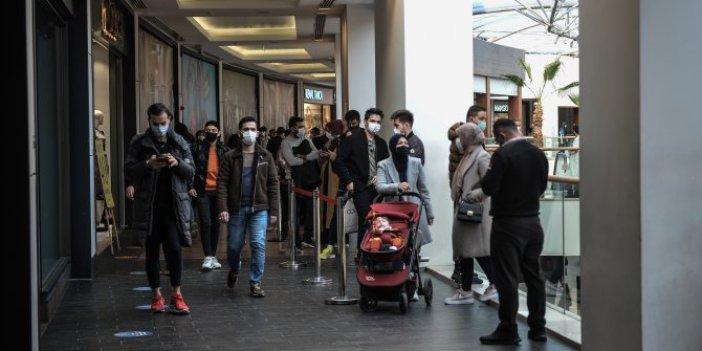 Efsane Cuma virüsü unutturdu, sosyal mesafesiz indirim kuyruğu