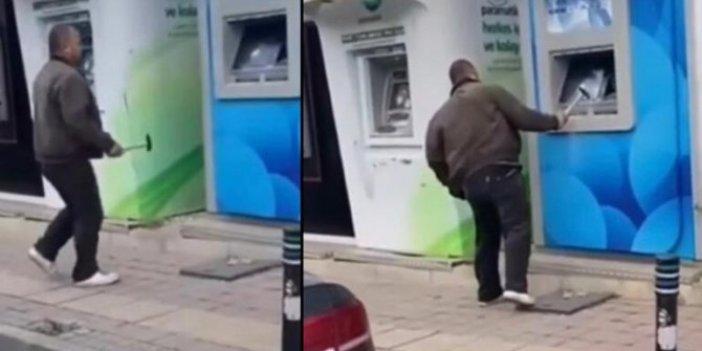 Kimse ne olduğunu alamadı. Çekiçle geldi, ATM'leri tek tek kırdı