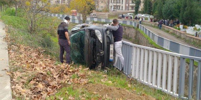 Takla atan araçtan çıktı, aracın camını kırmaya çalıştı