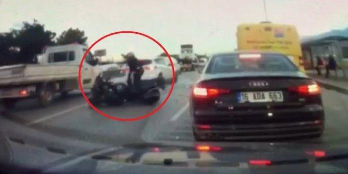 Otomobil trafikte yavaşlayan motosiklete arkadan böyle çarptı