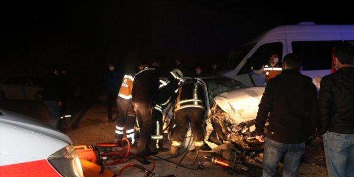 Kısıtlamaya dakikalar kala Karaman'da işçi minibüsü ile otomobil çarpıştı. Yaralılar var