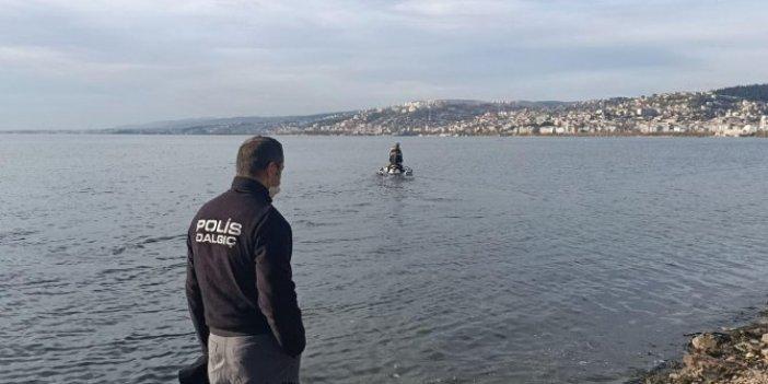 İzmit'te kulaçlar rekor için değil suçluları yakalamak için atıldı. Polislerden denizin içinde nefes kesen takip