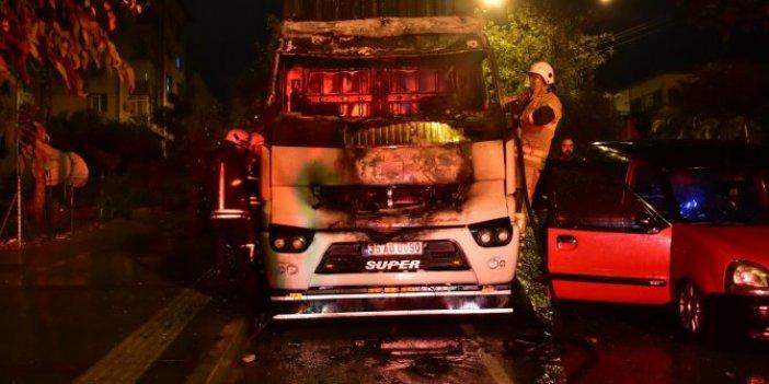 İzmir'de alev alev yanan TIR hurdaya döndü