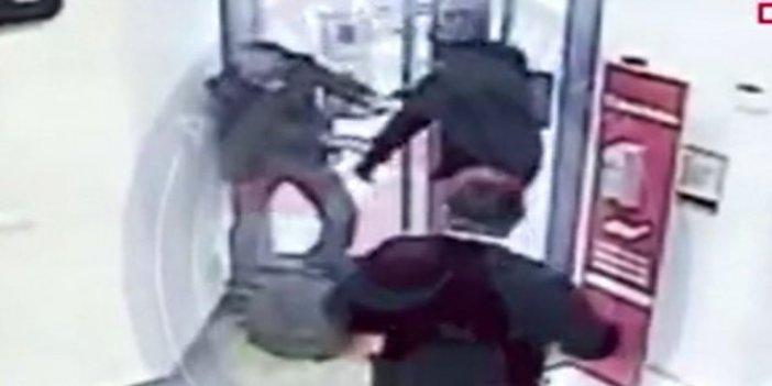 Ankara'daki kanlı banka soygununu 66'lık çılgın dede önledi. Kurşunlar bankanın içinde uçuştu. O anları güvenlik kamerası kaydetti