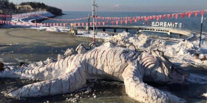 Belediye işçilerinin 10 metrelik Van Gölü canavarı ile imtihanı