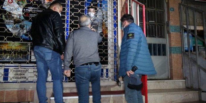 Dışardan kilitli internet kafeye öyle yerden kapı açtılar ki.Polisleri karşılarında görünce ne yapacaklarını şaşırdılar