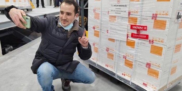 TRT muhabiri yılın haberini patlattı...Çin aşısının önünde fotoğraf çektirince kutuların üstünde yazan ortaya çıktı