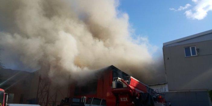 Bursa'da tekstil deposunda yangın. Çok sayıda itfaiye aracı sevk edildi