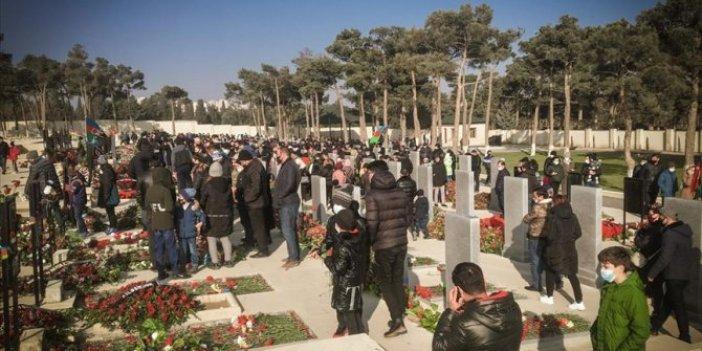 Azerbaycanlılar yeni yılın ilk gününde şehitliklere akın etti