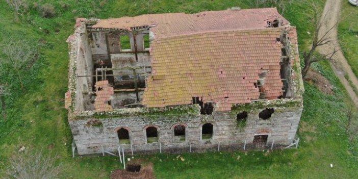 Tarihi Germiyan Kilisesi'ne hücum ettiler. Çatısından zeminine her yere girdiler
