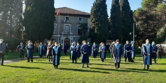 Boğaziçi Üniversitesi'nde akademisyenlerden protesto. Cübbelerini giyip sırtlarını döndüler
