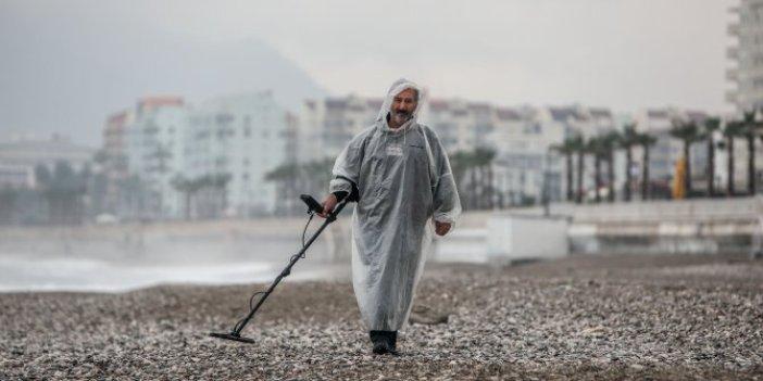 Meteoroloji Antalya'da turuncu alarm verince sahile koşuyor. Ganimetçi Ali kuyumcu dükkanı gibi