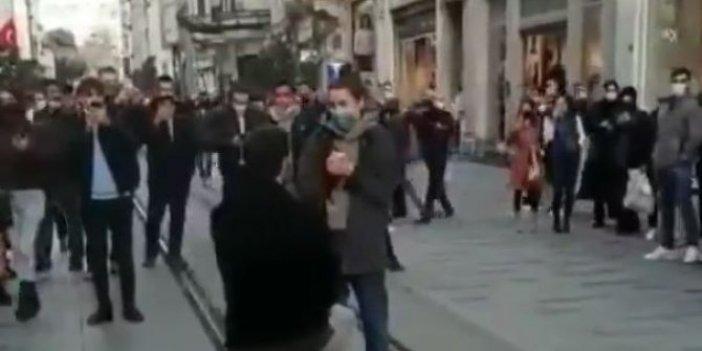 Barış Murat Yağcı İstiklal'in ortasında diz çöktü evlenme teklifi etti. Survivor Nisa'nın tepkisi olay oldu