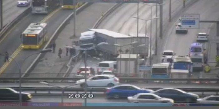 Haramidere'de TIR metrobüs bariyerlerine çarptı. Trafik kilitlendi