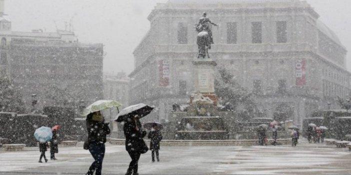 Madrid'de kar yağışı yolcuların mahsur kalmasına neden oldu