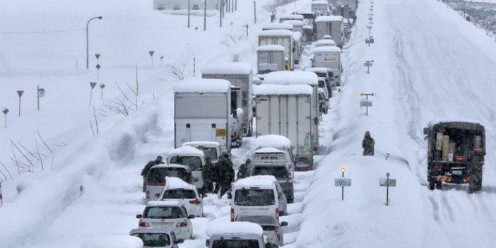 Türkiye yana yana beklerken bakın nereye yağdı. Yüzlerce araç otoyollarda mahsur kaldı