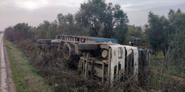 Bursa'da yoldan geçen kamyon zeytinliğe devrildi