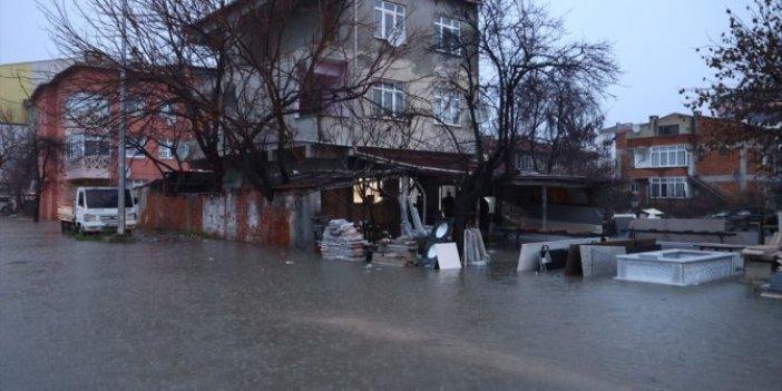Edirne'de sağanak yağış hayatı felç etti. Mermer deposu sular altında kaldı
