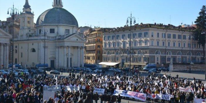 İtalya'da iflasın eşiğine gelen turizmciler meydanlara indi