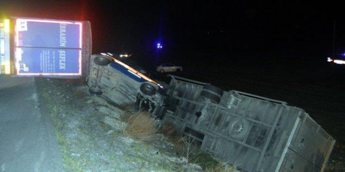 Kaza ihbarına giden jandarma devriyesi şarampole devrildi.  TIR jandarma aracı ve otomobile çarptı