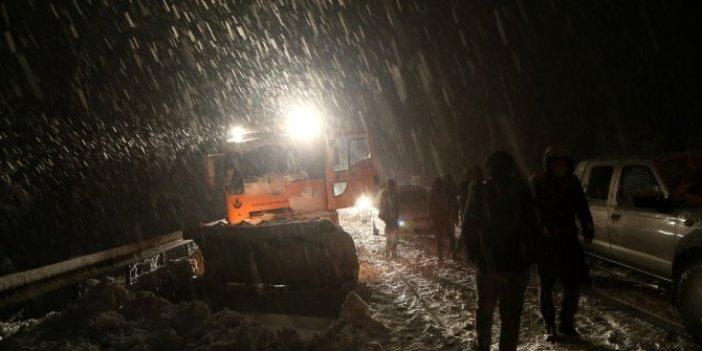 Yoğun kar yağışı karayolunu ulaşıma kapadı