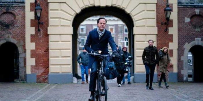 Hollanda Başbakanı Mark Rutte istifa etti bir elinde elma bisiklette yiye yiye gitti. Türkiye'de böyle bir şey hayal bile edilemez