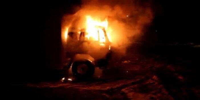 Park halindeki kamyon bir anda alev alev yandı