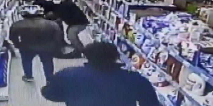 İstanbul'da aç kalan adam hırsızlık yaptı esnaf kıskıvrak yakaladı. Vatandaş bir dilim ekmeğe muhtaç halde
