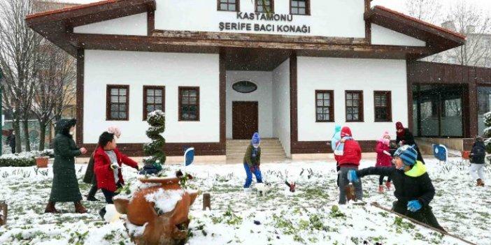 İstanbul Bağcılar'da çocukların kar sevinci